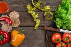 αθλητισμός σιτηρεσίου Λαχανικά, ένα ποτήρι του χυμού ντοματών και εκατοστόμετρο Πιπέρια, ντομάτες, σαλάτα στο αγροτικό υπόβαθρο Στοκ εικόνα με δικαίωμα ελεύθερης χρήσης