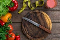αθλητισμός σιτηρεσίου Λαχανικά, ένα ποτήρι του χυμού ντοματών και εκατοστόμετρο Πιπέρια, ντομάτες, σαλάτα στο αγροτικό υπόβαθρο Στοκ Εικόνες