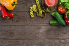 αθλητισμός σιτηρεσίου Λαχανικά, ένα ποτήρι του χυμού ντοματών και εκατοστόμετρο Πιπέρια, ντομάτες, σαλάτα στο αγροτικό υπόβαθρο Στοκ φωτογραφία με δικαίωμα ελεύθερης χρήσης
