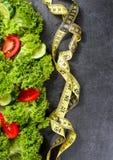 αθλητισμός σιτηρεσίου Λαχανικά Αγγούρι, ντομάτες, σαλάτα στο σκοτεινό υπόβαθρο πετρών Στοκ Φωτογραφία