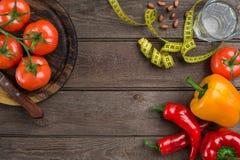 αθλητισμός σιτηρεσίου Λαχανικά και εκατοστόμετρο Πιπέρια, ντομάτες, σαλάτα στο αγροτικό υπόβαθρο Στοκ φωτογραφίες με δικαίωμα ελεύθερης χρήσης
