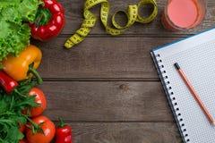 αθλητισμός σιτηρεσίου Λαχανικά και εκατοστόμετρο Πιπέρια, ντομάτες, σαλάτα στο αγροτικό υπόβαθρο Στοκ Φωτογραφίες