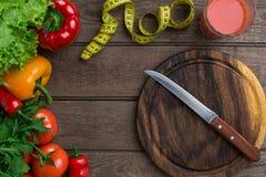 αθλητισμός σιτηρεσίου Λαχανικά και εκατοστόμετρο Πιπέρια, ντομάτες, σαλάτα στο αγροτικό υπόβαθρο Στοκ Φωτογραφία