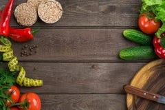 αθλητισμός σιτηρεσίου Λαχανικά και εκατοστόμετρο Πιπέρια, ντομάτες, σαλάτα στο αγροτικό υπόβαθρο Στοκ Εικόνα