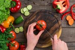 αθλητισμός σιτηρεσίου τεμαχισμένα λαχανικά Πιπέρια, ντομάτες, σαλάτα στο αγροτικό υπόβαθρο Στοκ Εικόνα
