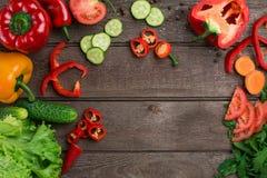 αθλητισμός σιτηρεσίου τεμαχισμένα λαχανικά Πιπέρια, ντομάτες, σαλάτα στο αγροτικό υπόβαθρο Στοκ φωτογραφίες με δικαίωμα ελεύθερης χρήσης