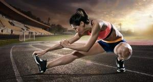 αθλητισμός Τέντωμα δρομέων στην τρέχοντας διαδρομή στοκ εικόνα με δικαίωμα ελεύθερης χρήσης