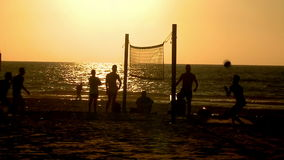 αθλητισμός Volley ποδιών Νέοι που παίζουν το footvolley, ποδόσφαιρο παραλιών στο ηλιοβασίλεμα απόθεμα βίντεο