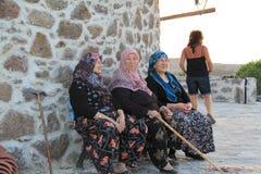 Αιγαία περιοχή - ηλικιωμένες γυναίκες χωρικών που κάθονται στον ανεμόμυλο στοκ φωτογραφία με δικαίωμα ελεύθερης χρήσης