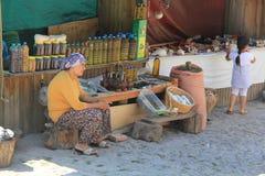 Αιγαία περιοχή - Assos Castle, οι οδοί Behramkale, οι πωλητές και το δώρο ψωνίζουν στοκ εικόνα με δικαίωμα ελεύθερης χρήσης