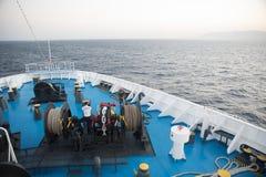 Αιγαίο πέλαγος, Ελλάδα στις 17 Ιουλίου 2018: Ναυτικός που εργάζεται στο foredeck στοκ φωτογραφία με δικαίωμα ελεύθερης χρήσης