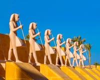 Αιγυπτιακά αγάλματα πολεμιστών ενάντια στο μπλε ουρανό στοκ εικόνα με δικαίωμα ελεύθερης χρήσης
