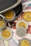 Αιγυπτιακές λίβρες σε ένα μαύρο ανοικτό πορτοφόλι Νομίσματα και clos τραπεζογραμματίων Στοκ φωτογραφίες με δικαίωμα ελεύθερης χρήσης
