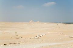 Αιγυπτιακή έρημος με τις μακρινές πυραμίδες Στοκ Εικόνες