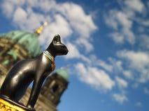 Καθεδρικός ναός, ο ουρανός, η γάτα Στοκ φωτογραφία με δικαίωμα ελεύθερης χρήσης
