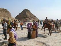 Αιγυπτιακή περπατημένη κινηματογράφηση σε πρώτο πλάνο πυραμίδων. Στοκ Εικόνες