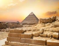 Αιγυπτιακή πυραμίδα στην άμμο στοκ εικόνα