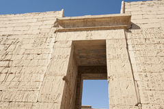 αιγυπτιακός ιερογλυφικός τοίχος ναών γλυπτικών Στοκ φωτογραφίες με δικαίωμα ελεύθερης χρήσης