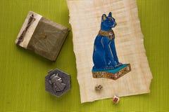 Αιγυπτιακός πάπυρος με μια γάτα Στοκ Φωτογραφίες