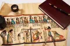 Αιγυπτιακός πάπυρος, σημειωματάριο, μάνδρα, φακός Στοκ φωτογραφία με δικαίωμα ελεύθερης χρήσης
