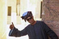 Αιγυπτιακό άτομο με τον αντίχειρα επάνω και το χαμόγελο Στοκ Φωτογραφίες