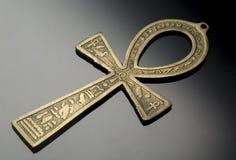Αιγυπτιακό σύμβολο της ζωής Ankh στο συμπαθητικό ασημένιο μαύρο υπόβαθρο Στοκ Φωτογραφίες