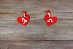 Αιγόκερος και κλίμακες σημάδια zodiac και της καρδιάς Ξύλινη πλάτη στοκ φωτογραφία με δικαίωμα ελεύθερης χρήσης