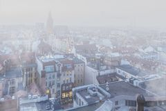 Αιθαλομίχλη πέρα από την πόλη WrocÅ 'aw, Πολωνία Χειμερινή άποψη του ορίζοντα πόλεων στοκ εικόνες