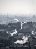 Αιθαλομίχλη - ατμοσφαιρική ρύπανση πόλεων Ατμόσφαιρα που μολύνεται ασαφής από τον καπνό που αυξάνεται από τις καπνοδόχους Στοκ Φωτογραφίες