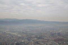 Αιθαλομίχλη πέρα από τη Ταϊπέι όπως βλέπει από τον πύργο 101 Στοκ Εικόνες