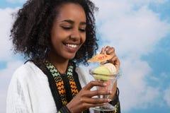 Αιθιοπική γυναίκα με το παγωτό Στοκ Εικόνες
