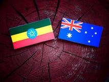 Αιθιοπική σημαία με την αυστραλιανή σημαία σε ένα κολόβωμα δέντρων που απομονώνεται Στοκ εικόνα με δικαίωμα ελεύθερης χρήσης