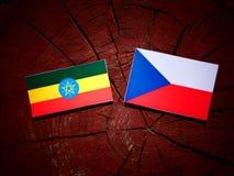 Αιθιοπική σημαία με την τσεχική σημαία σε ένα κολόβωμα δέντρων Στοκ φωτογραφίες με δικαίωμα ελεύθερης χρήσης