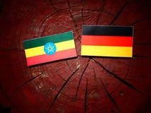 Αιθιοπική σημαία με τη γερμανική σημαία σε ένα κολόβωμα δέντρων Στοκ Εικόνες