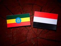 Αιθιοπική σημαία με τη σημαία Γιεμενιτών σε ένα κολόβωμα δέντρων Στοκ Εικόνες