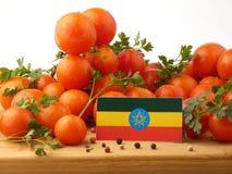 Αιθιοπική σημαία σε μια ξύλινη επιτροπή με τις ντομάτες που απομονώνεται σε ένα whi Στοκ Φωτογραφία
