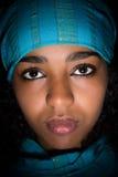 Αιθιοπικό κορίτσι με το μπλε μαντίλι Στοκ Φωτογραφίες
