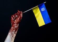 Αιματηρά χέρια, η σημαία της Ουκρανίας στο αίμα, επανάσταση στην Ουκρανία, μαύρο υπόβαθρο στοκ εικόνα με δικαίωμα ελεύθερης χρήσης