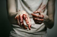 Αιματηρός απομονωμένος δολοφόνος θέματος: ο δολοφόνος παρουσιάζει αιματηρά χέρια και βίωση της κατάθλιψης και του πόνου Στοκ Φωτογραφία