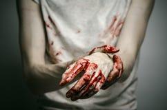 Αιματηρός απομονωμένος δολοφόνος θέματος: ο δολοφόνος παρουσιάζει αιματηρά χέρια και βίωση της κατάθλιψης και του πόνου Στοκ φωτογραφίες με δικαίωμα ελεύθερης χρήσης