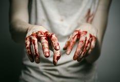 Αιματηρός απομονωμένος δολοφόνος θέματος: ο δολοφόνος παρουσιάζει αιματηρά χέρια και βίωση της κατάθλιψης και του πόνου Στοκ εικόνα με δικαίωμα ελεύθερης χρήσης