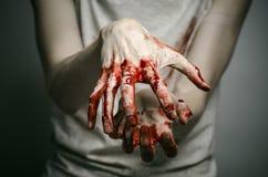 Αιματηρός απομονωμένος δολοφόνος θέματος: ο δολοφόνος παρουσιάζει αιματηρά χέρια και βίωση της κατάθλιψης και του πόνου Στοκ Εικόνες