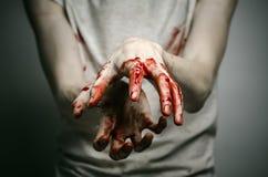 Αιματηρός απομονωμένος δολοφόνος θέματος: ο δολοφόνος παρουσιάζει αιματηρά χέρια και βίωση της κατάθλιψης και του πόνου Στοκ φωτογραφία με δικαίωμα ελεύθερης χρήσης