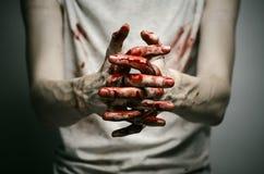 Αιματηρός απομονωμένος δολοφόνος θέματος: ο δολοφόνος παρουσιάζει αιματηρά χέρια και βίωση της κατάθλιψης και του πόνου Στοκ Φωτογραφίες