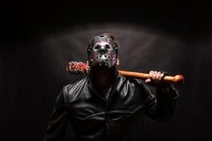 Αιματηρός μανιακός στη μάσκα και το μαύρο παλτό δέρματος Στοκ φωτογραφίες με δικαίωμα ελεύθερης χρήσης