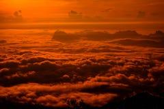 Αιματηρός ουρανός που καλύπτεται από την ομίχλη και την ανατολή Στοκ Φωτογραφία