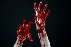 Αιματηρός παραδίδει τα άσπρα γάντια, ένα χειρουργικό νυστέρι, ένα καρφί, μαύρο υπόβαθρο, zombie, δαίμονας, μανιακός Στοκ εικόνες με δικαίωμα ελεύθερης χρήσης