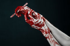 Αιματηρός παραδίδει τα άσπρα γάντια, ένα χειρουργικό νυστέρι, ένα καρφί, μαύρο υπόβαθρο, zombie, δαίμονας, μανιακός Στοκ Φωτογραφίες