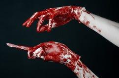 Αιματηρός παραδίδει τα άσπρα γάντια, ένα χειρουργικό νυστέρι, ένα καρφί, μαύρο υπόβαθρο, zombie, δαίμονας, μανιακός Στοκ Εικόνα