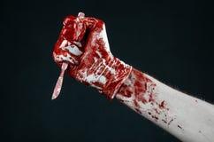 Αιματηρός παραδίδει τα άσπρα γάντια, ένα χειρουργικό νυστέρι, ένα καρφί, μαύρο υπόβαθρο, zombie, δαίμονας, μανιακός Στοκ Εικόνες